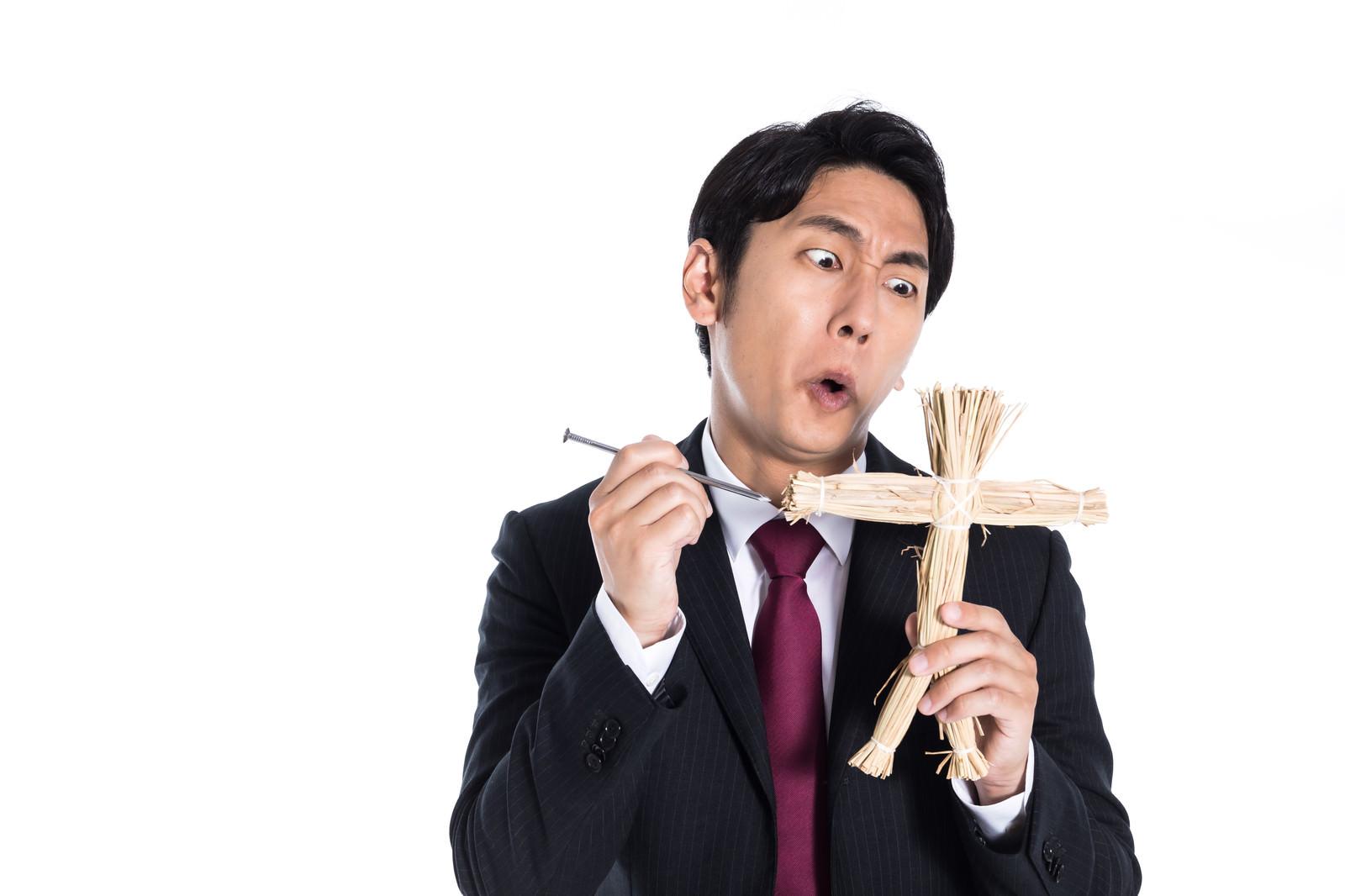 「ライバルへの妬みを藁人形へぶつける会社員」の写真[モデル:大川竜弥]