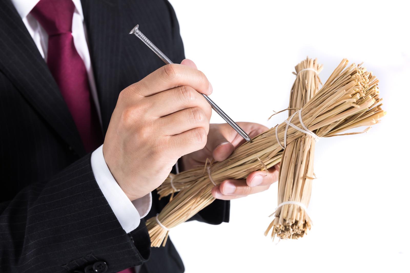 「携帯藁人形で常にストレス発散する会社員」の写真[モデル:大川竜弥]
