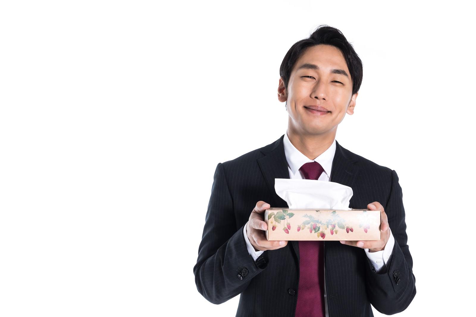 「花粉の季節に箱ティッシュを持参する執事」の写真[モデル:大川竜弥]