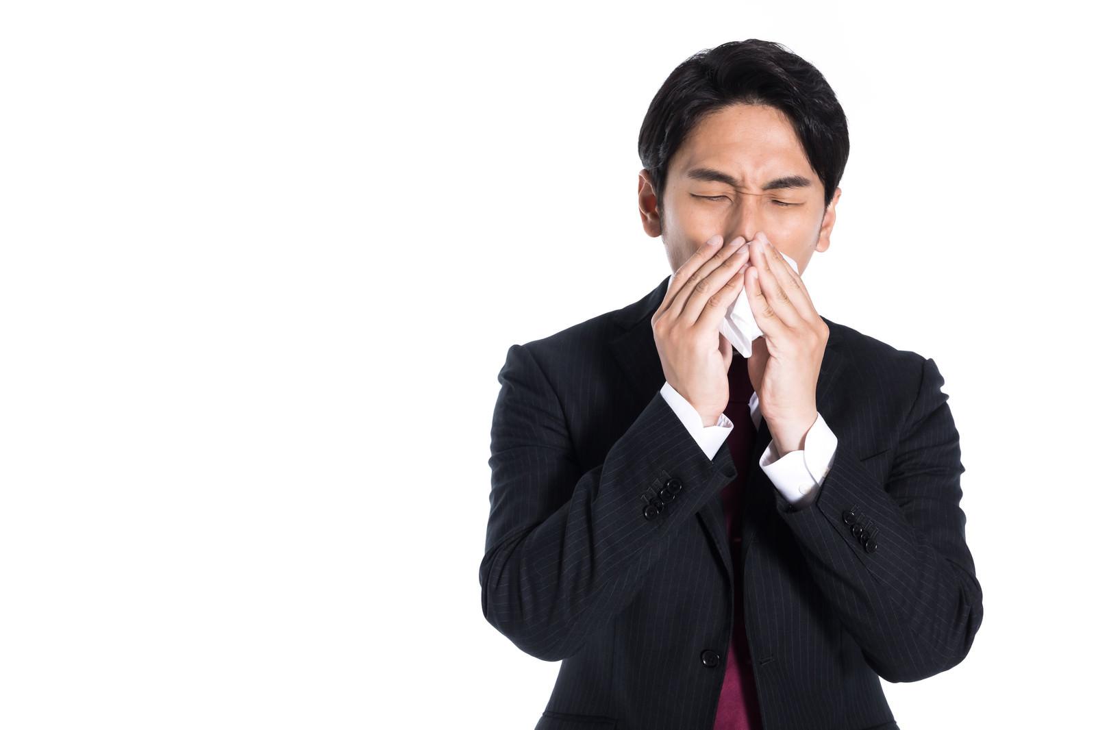 「鼻炎で仕事にならない会社員」の写真[モデル:大川竜弥]