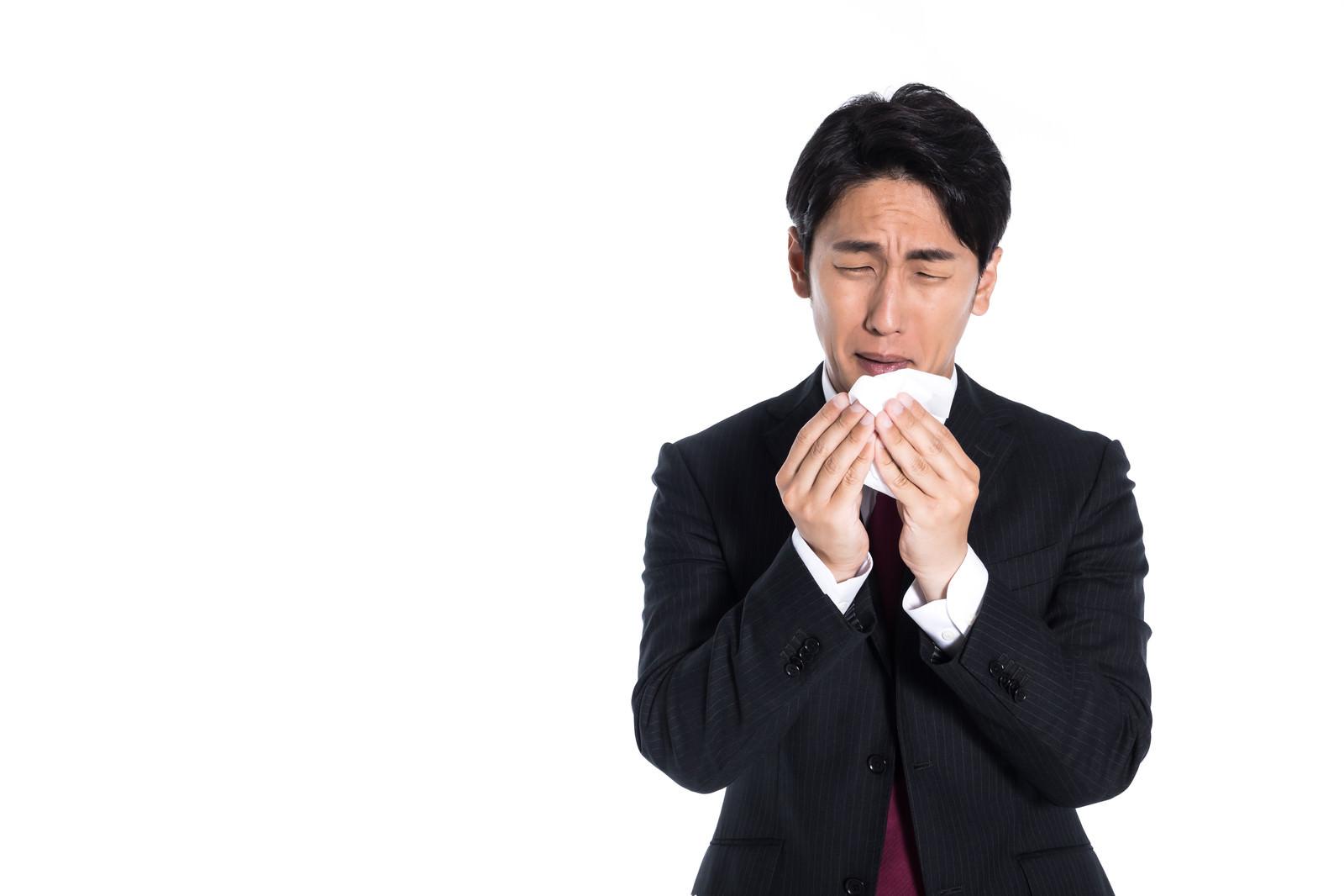 「花粉症で目がショボショボする男性会社員」の写真[モデル:大川竜弥]