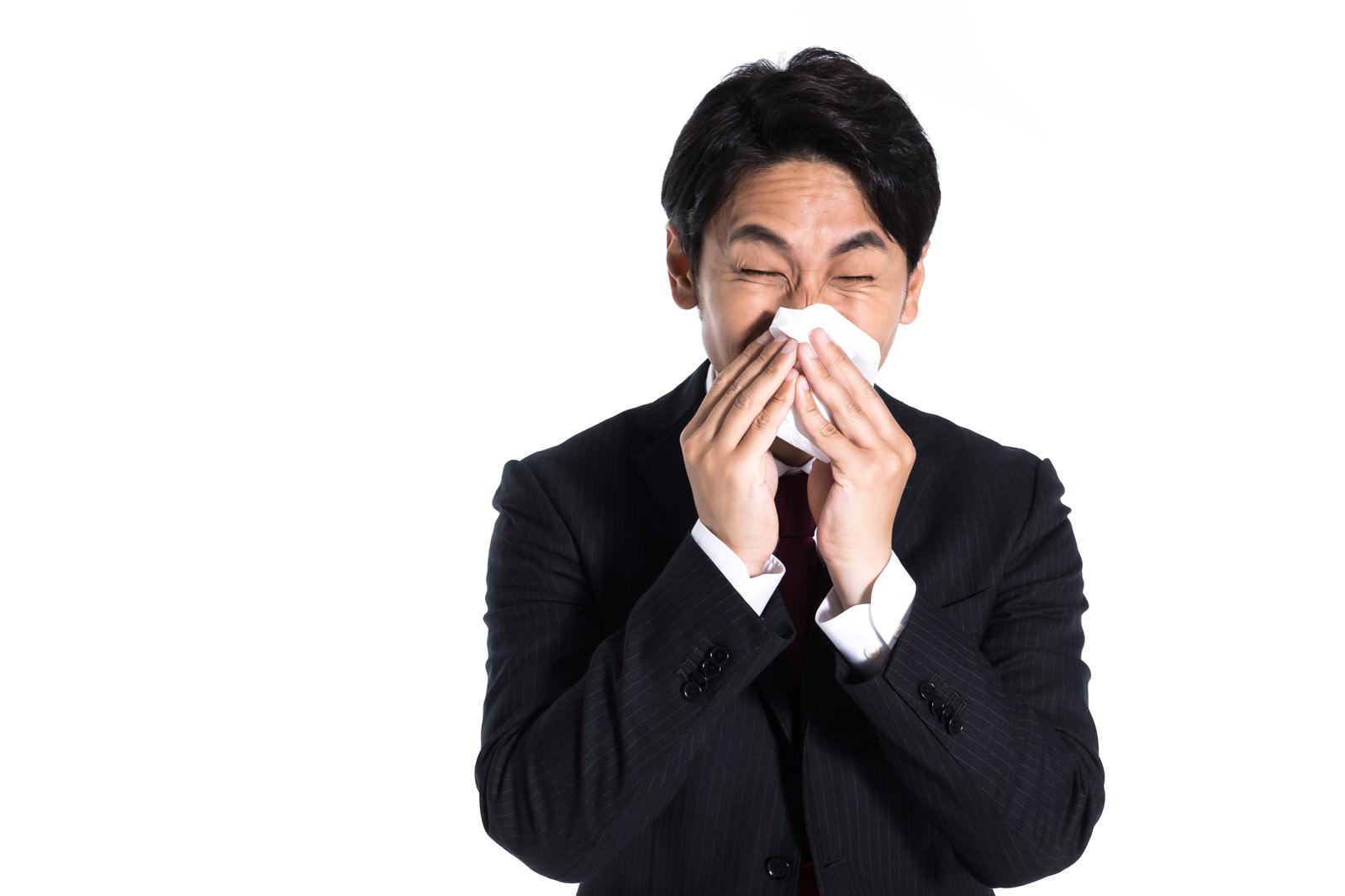 「花粉症で鼻のムズムズが止まらない会社員」の写真[モデル:大川竜弥]