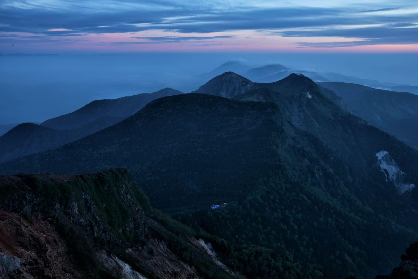 「朝焼けの天狗岳と根石岳山荘」の写真