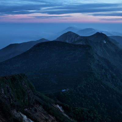 朝焼けの天狗岳と根石岳山荘の写真