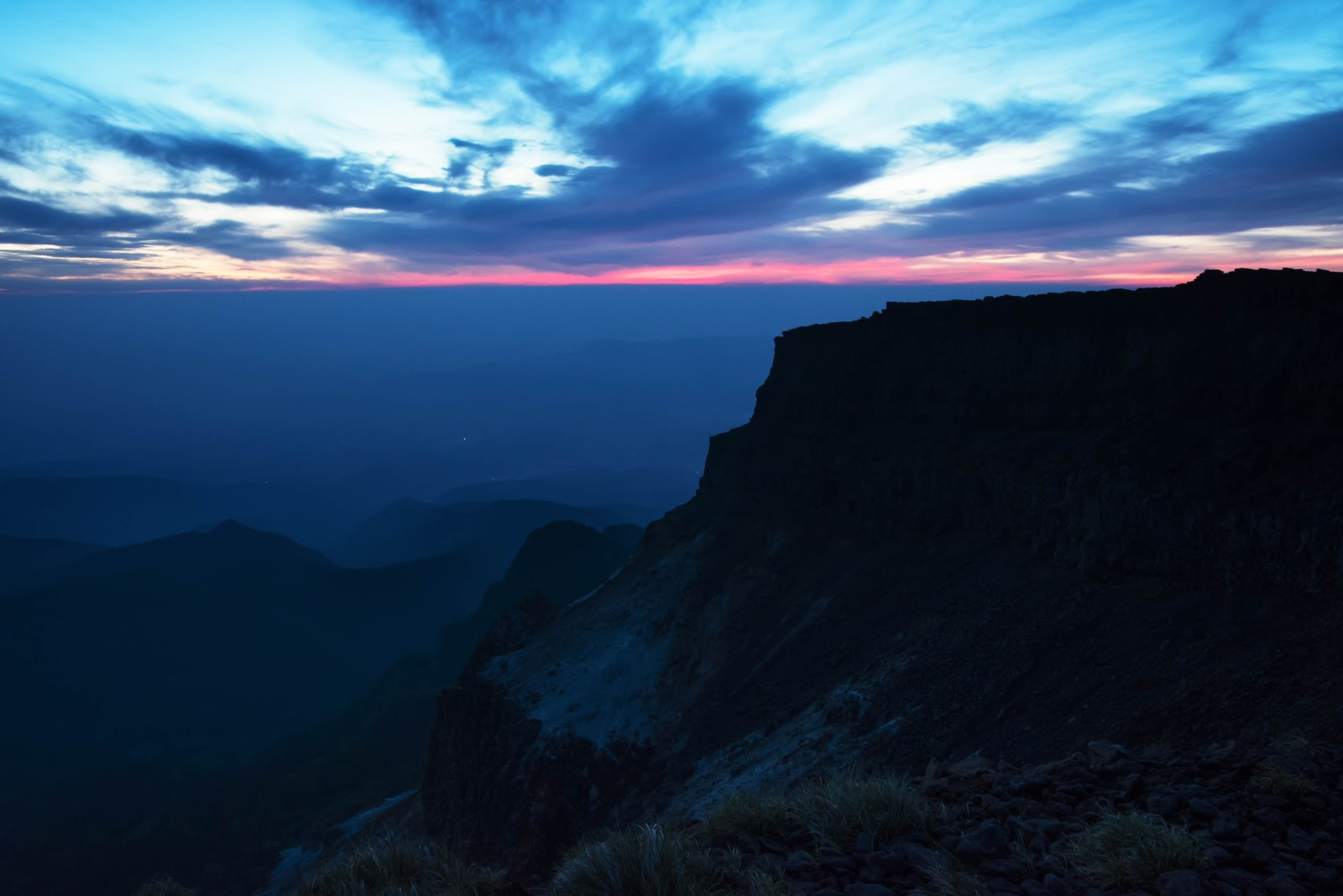 「静寂に包まれた夜明け前の硫黄岳」の写真