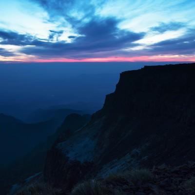 静寂に包まれた夜明け前の硫黄岳の写真