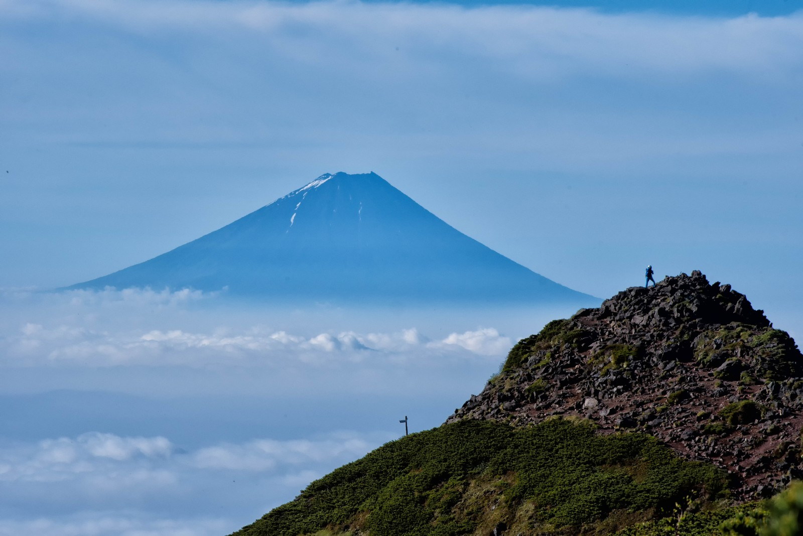 「富士山を望む登山者」の写真