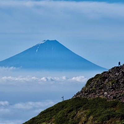 富士山を望む登山者の写真