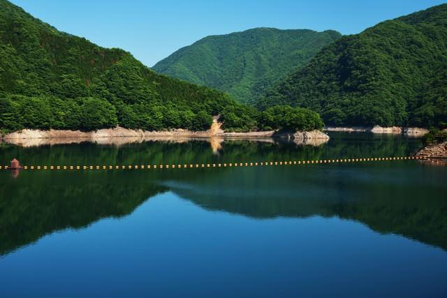 川治ダムの湖面の写真