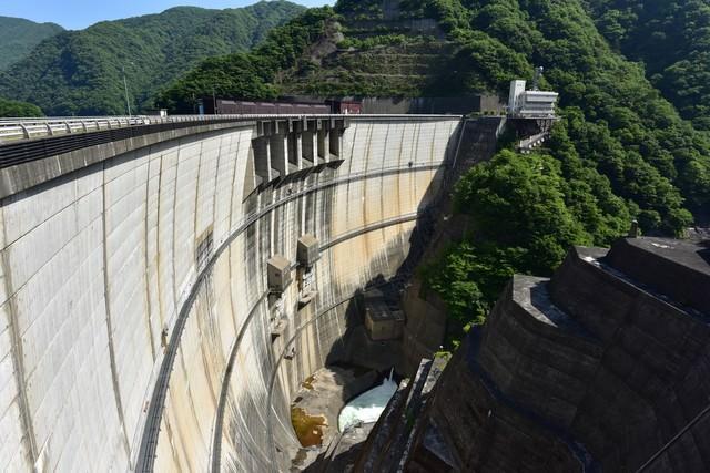 巨大なアーチ型の川治ダムの写真