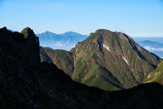 横岳から望む阿弥陀岳の写真