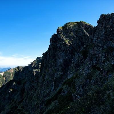 横岳の荒々しい岩場の写真