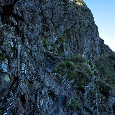 横岳にある鎖場の写真