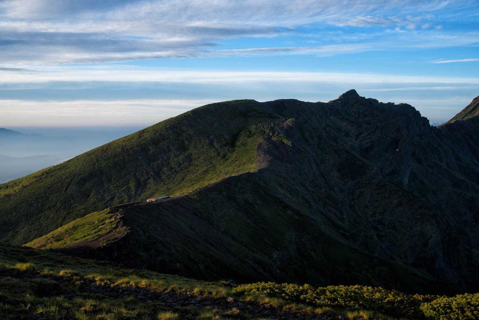 「横岳へと果てしなく続く登山道」の写真
