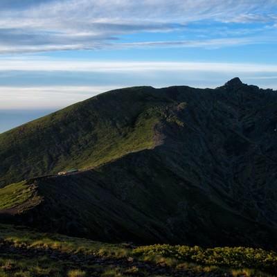 横岳へと果てしなく続く登山道の写真