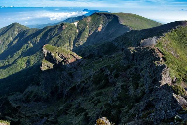 横岳山頂から伸びる登山道の写真