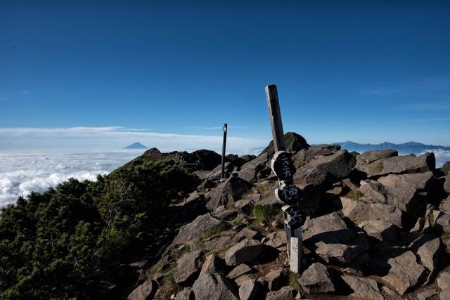 横岳山頂の標識と雲海の写真