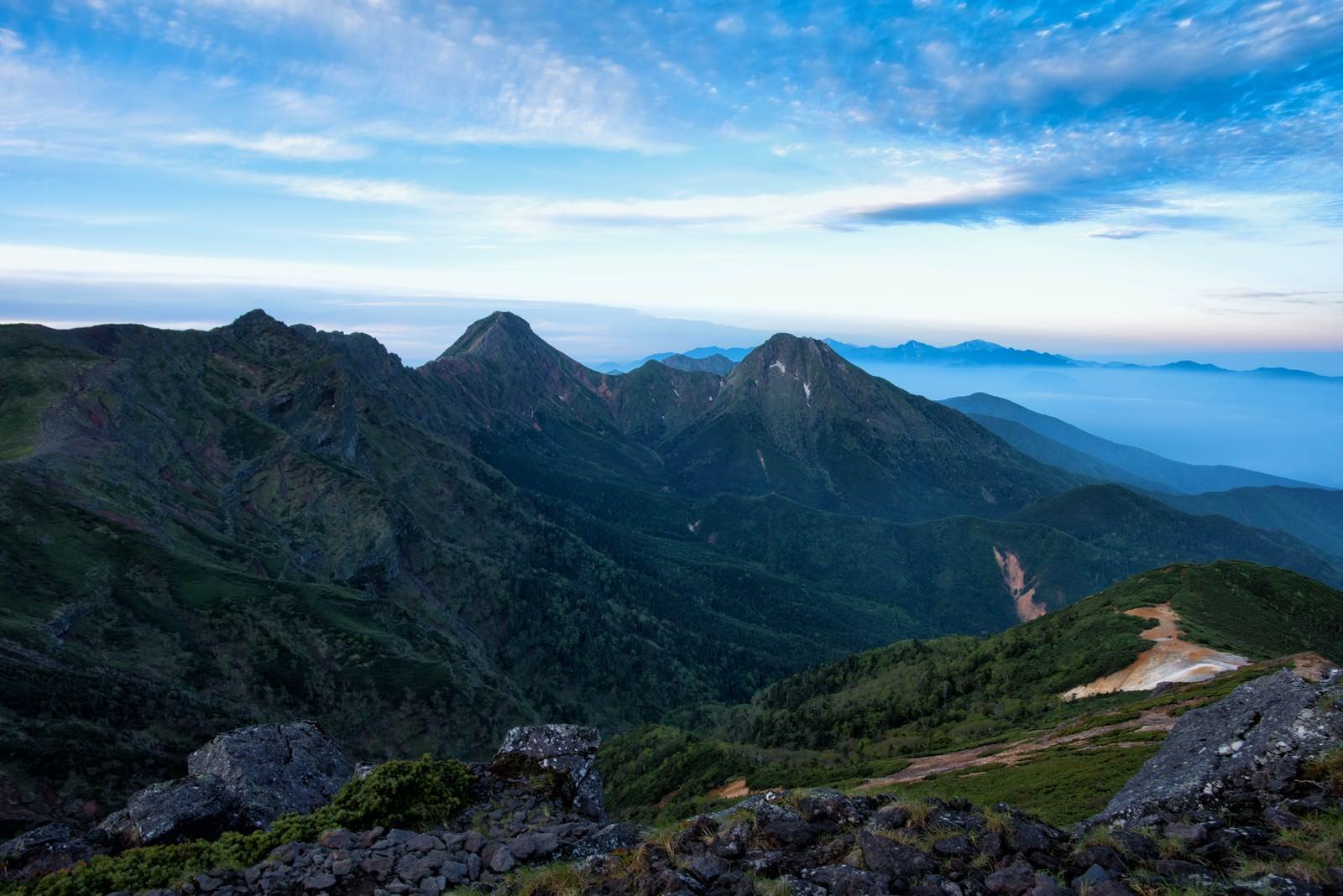 「硫黄岳から望む赤岳と阿弥陀岳」の写真