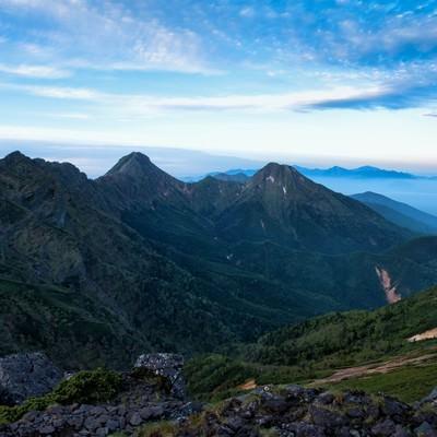 硫黄岳から望む赤岳と阿弥陀岳の写真