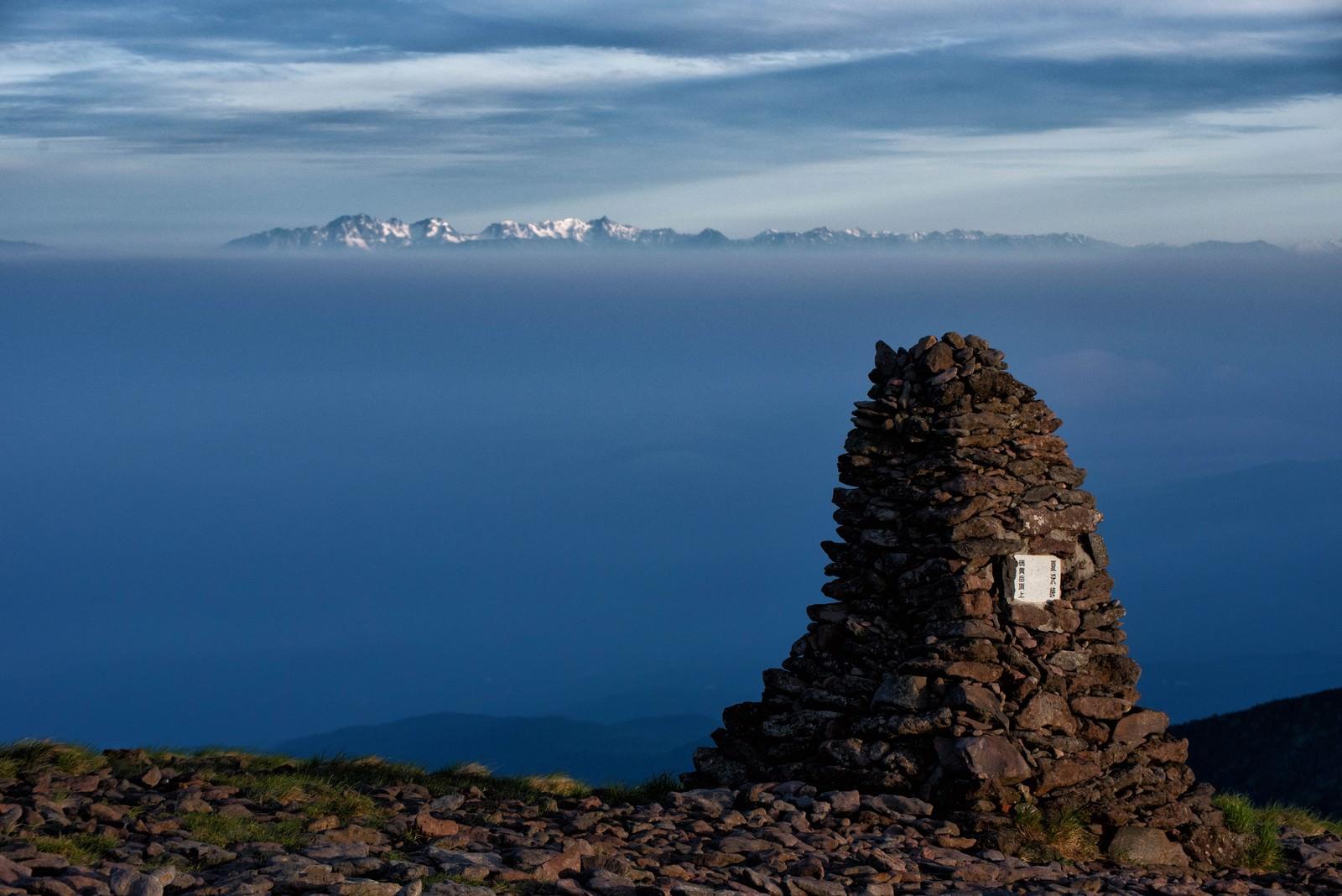 「硫黄岳のケルンと遥かに望む北アルプス」の写真