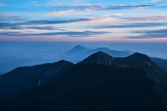 茜色に染まる空と北八ヶ岳の写真