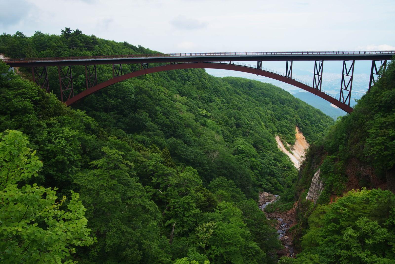 「谷間にかかるビューポイント不動沢橋」の写真