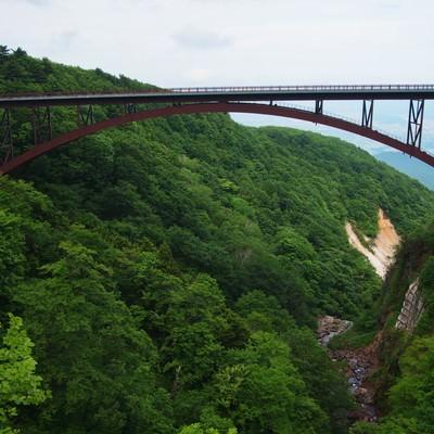 谷間にかかるビューポイント不動沢橋の写真