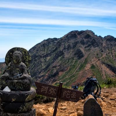 阿弥陀岳山頂にある標識と石像の写真