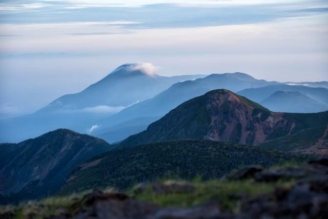 霞がかり雲のかかる蓼科山との写真