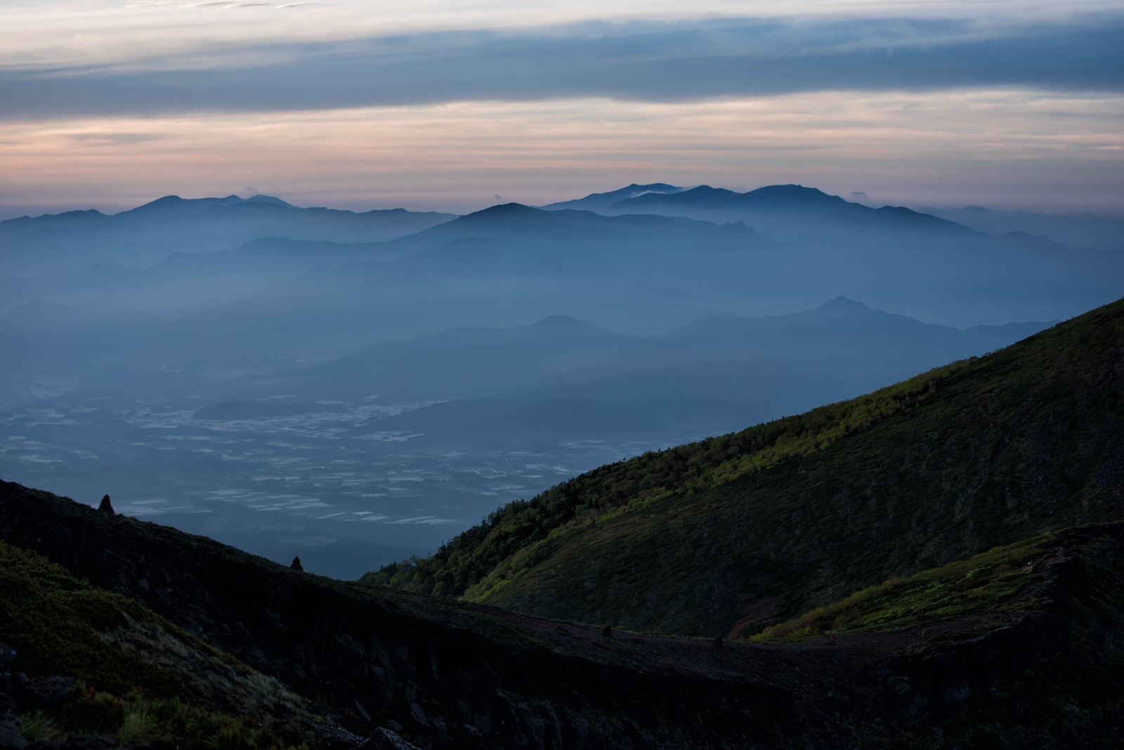 「霞に浮かぶ奥秩父山塊の神秘」の写真