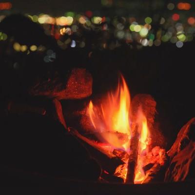よく燃えるたき火の写真
