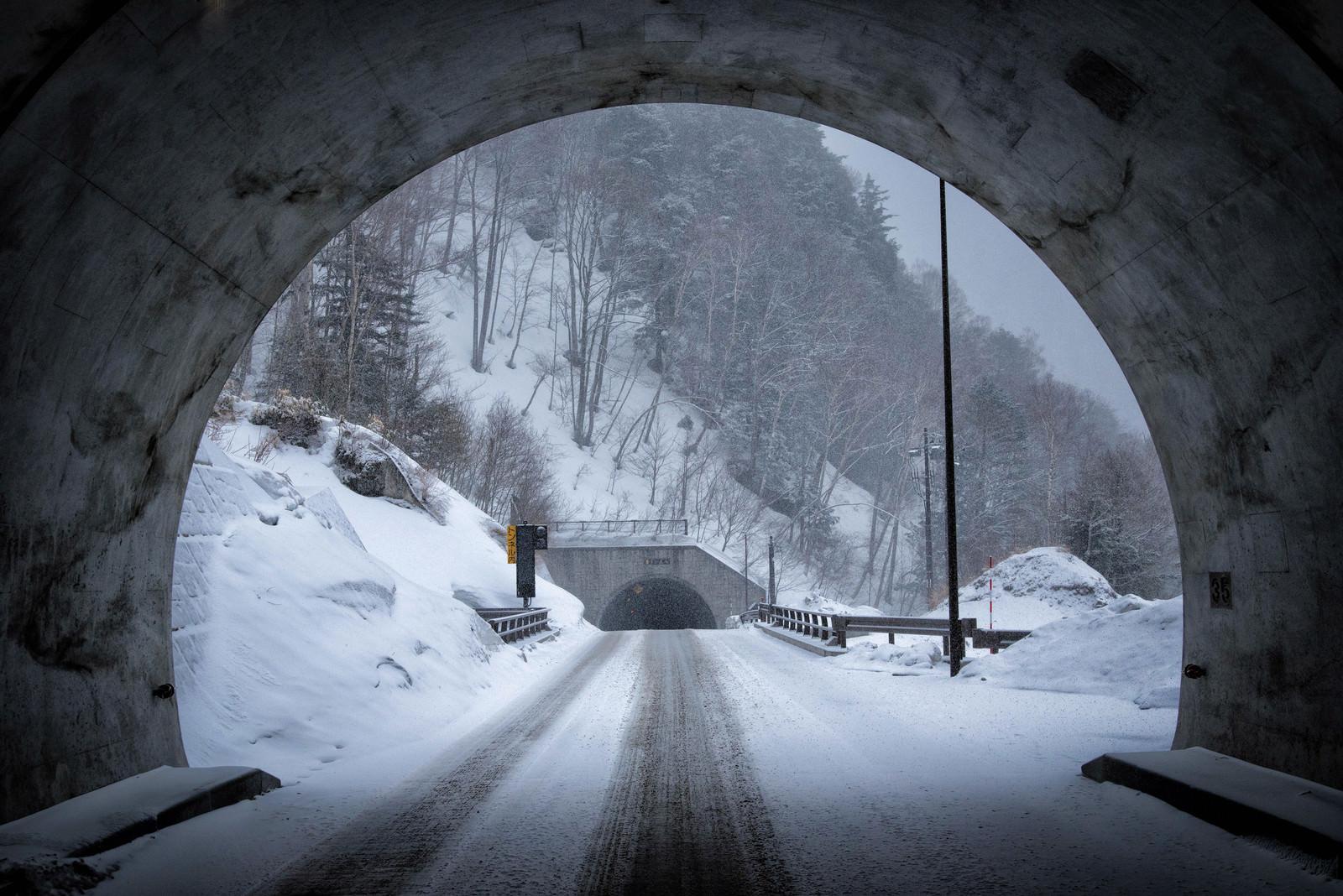 「不気味に口を開ける釜トンネル不気味に口を開ける釜トンネル」のフリー写真素材を拡大