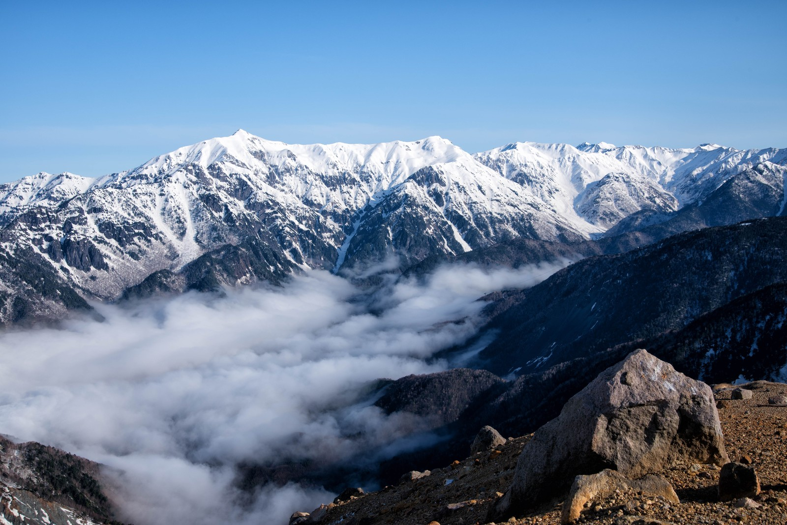 「焼岳山頂の景色(笠ヶ岳方面)」の写真