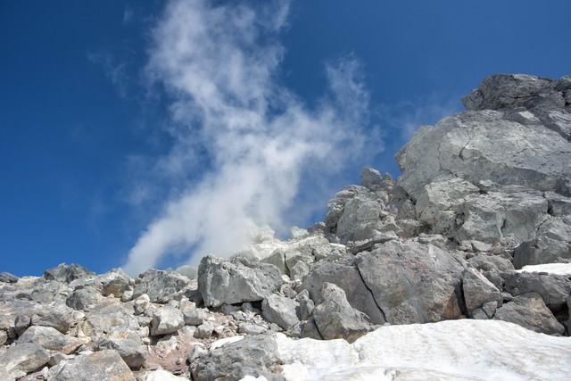 盛んに噴気を出す焼岳の噴気孔の写真