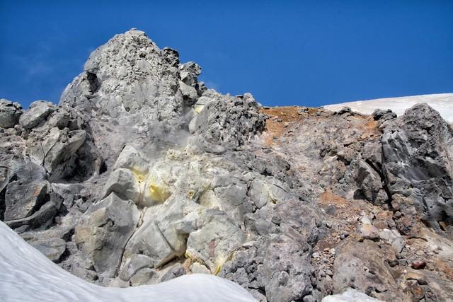 硫黄の付着した焼岳の噴気孔の写真