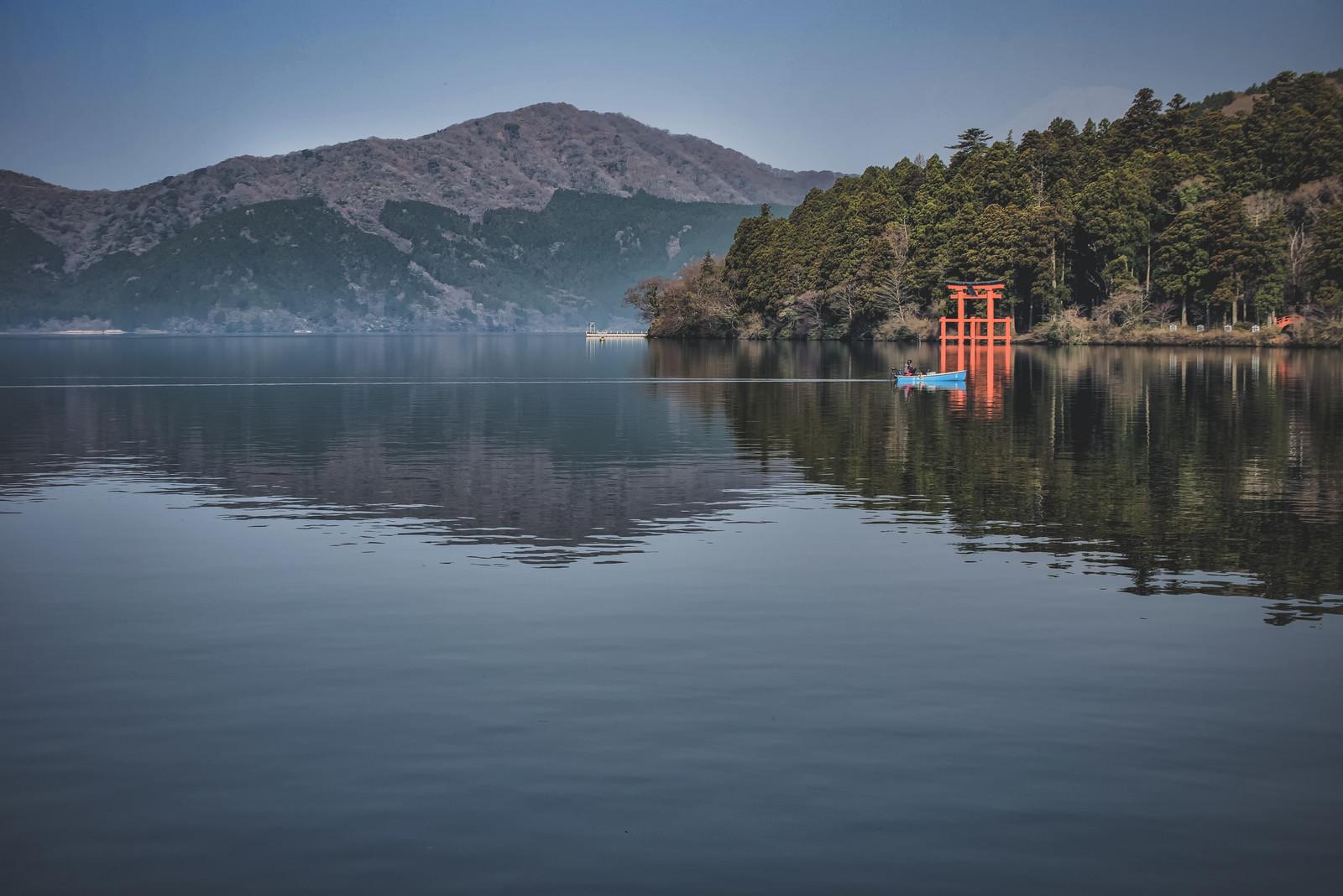 「箱根神社と芦ノ湖の釣り船」の写真
