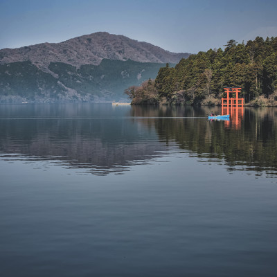 箱根神社と芦ノ湖の釣り船の写真