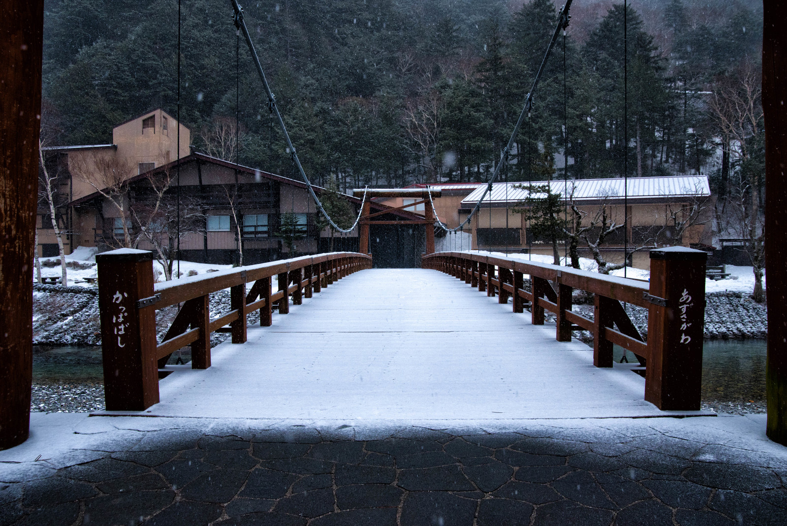 「雪が積もる「かっぱばし」雪が積もる「かっぱばし」」のフリー写真素材を拡大