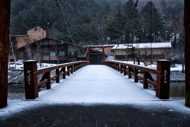 雪が積もる「かっぱばし」の写真