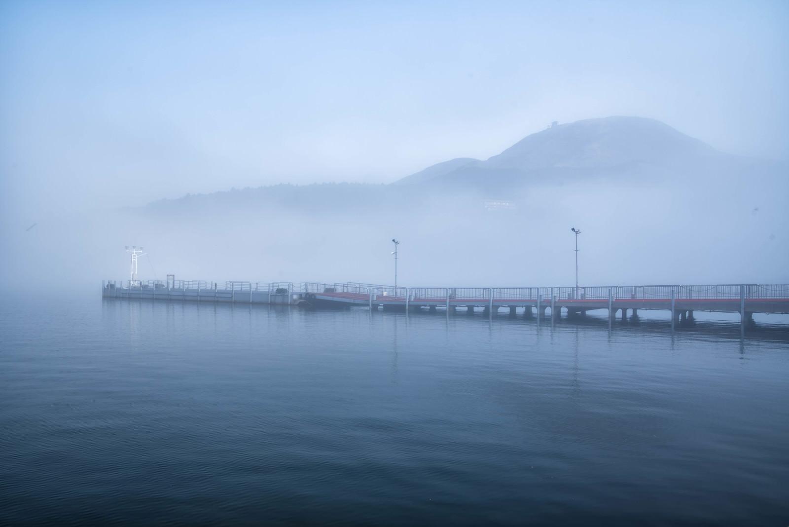 「霧の芦ノ湖と神山」の写真