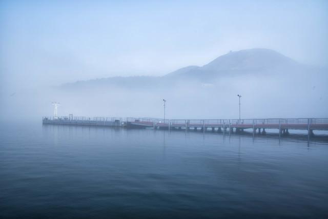 霧の芦ノ湖と神山の写真