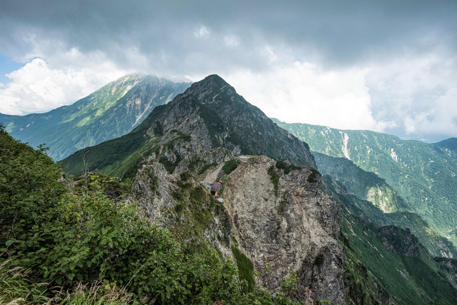 「崖の山荘と稜線」の写真