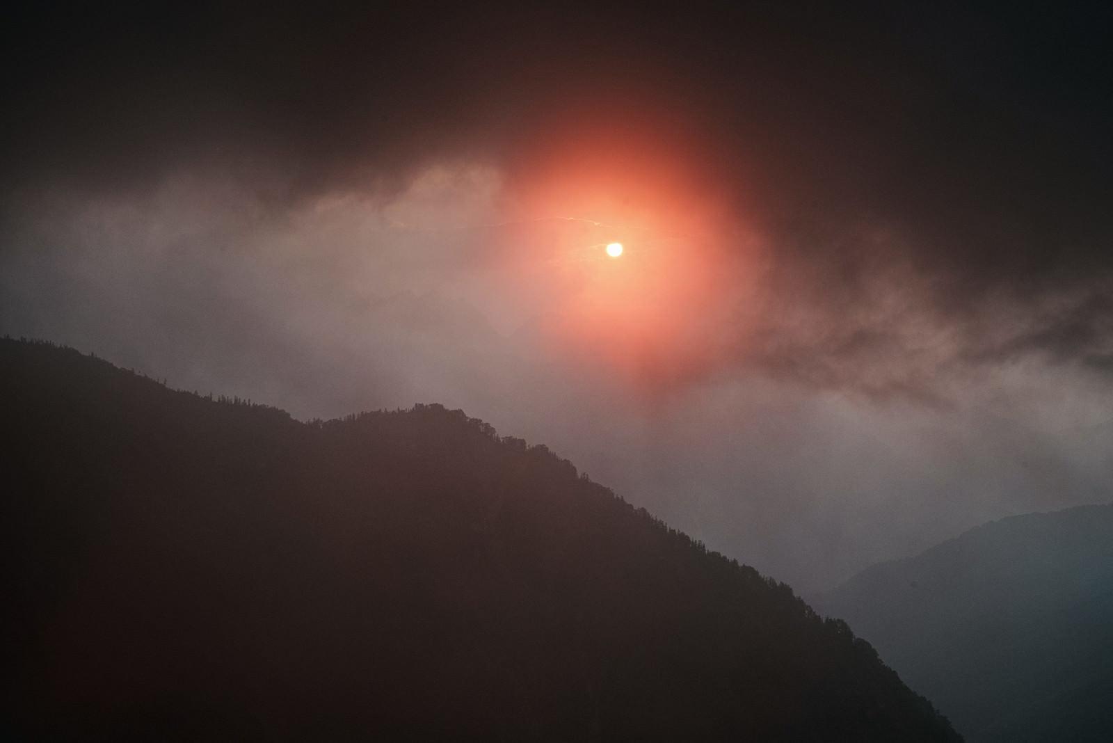 「不気味な赤い夕陽」の写真