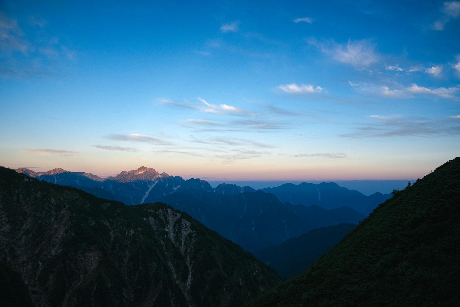 夜明けを迎えた山々のフリー素材