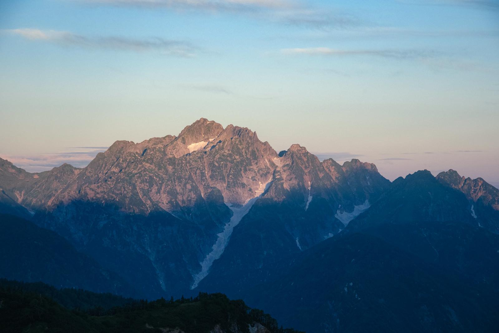「朝日を浴びる連峰」の写真