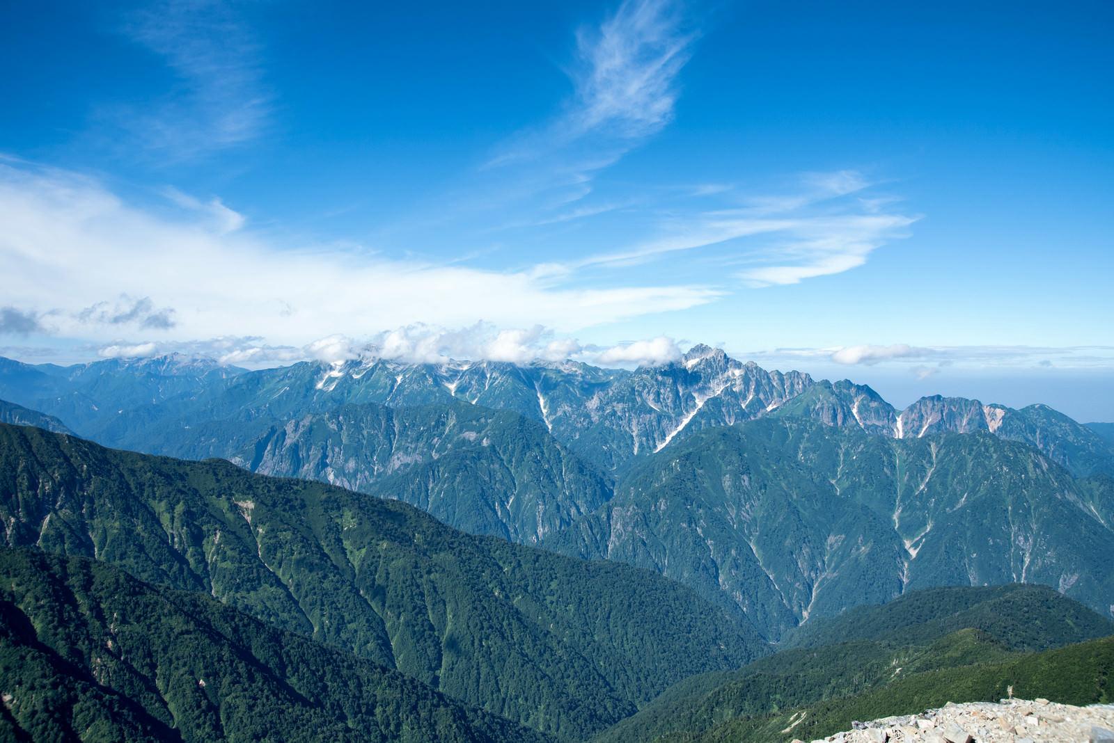 「緑溢れる山々にかかる雲」の写真