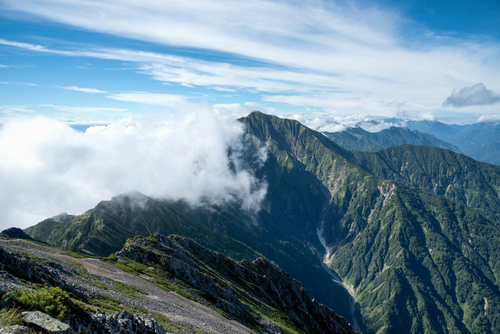 「雲が行く手を阻む。どこまでも続く稜線」の写真