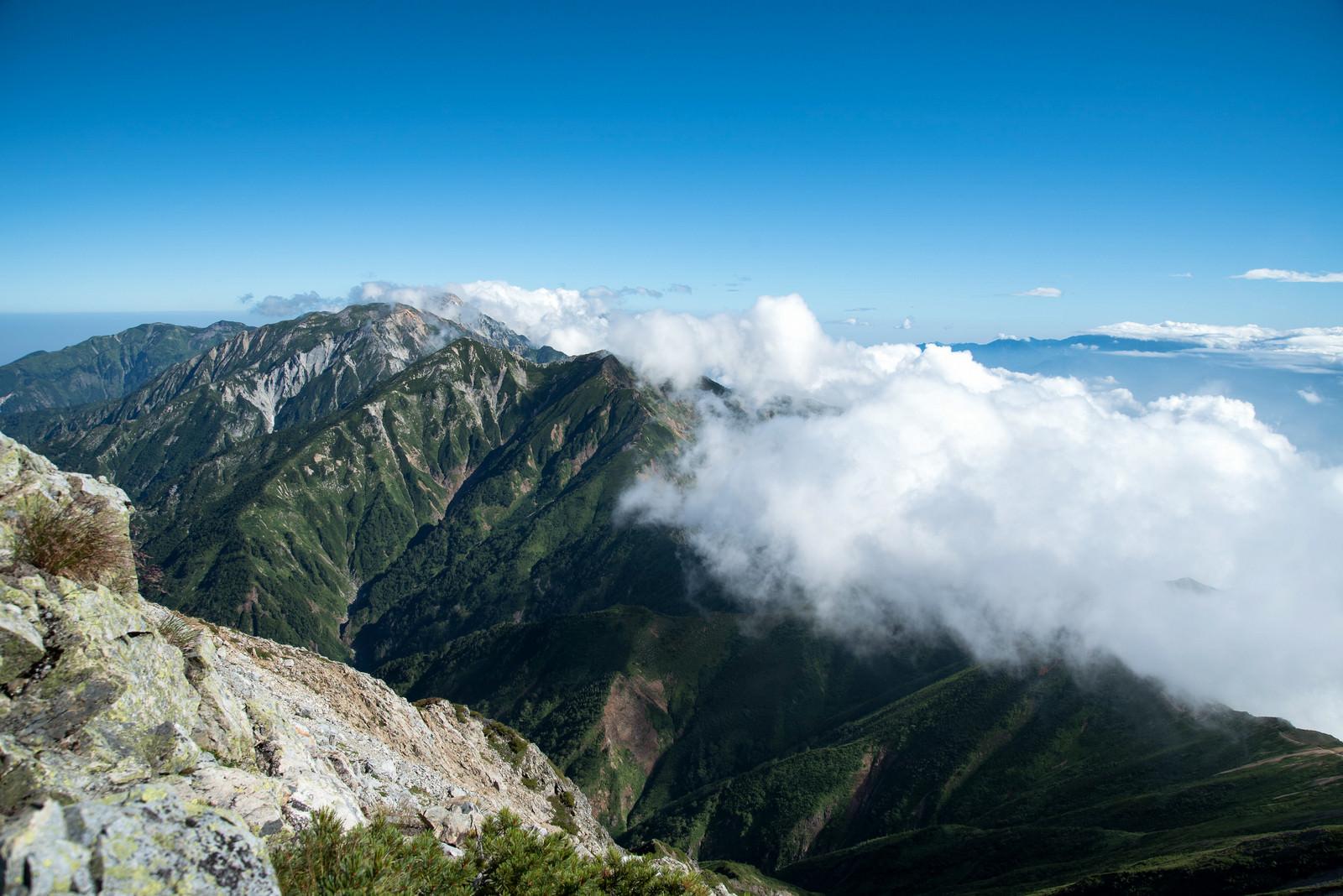 「稜線に覆いかかる雲」の写真