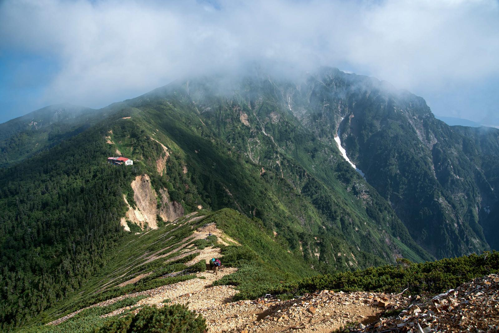 「山荘を後にする登山者」の写真