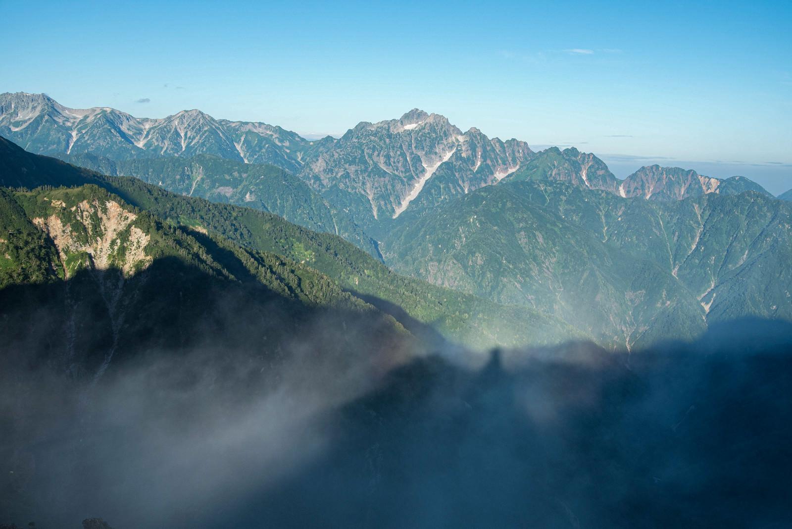 「尾根に伸びる登山者の影」の写真
